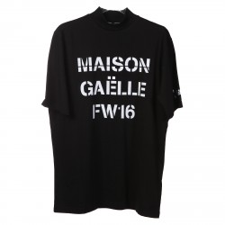 BLACK T SHIRT WITH FRONT BRAND SIGN