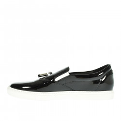 SLIP ON NERO IN VERNICE CON INSERTI IN METALLO
